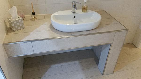 einen waschtisch selber bauen holz bauplatten oder fliesen. Black Bedroom Furniture Sets. Home Design Ideas