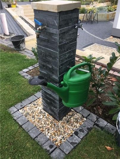 Wasserzapfstelle mit Halterung für Gießkanne oder Gartenschlauch