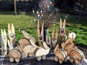 Osterhasen aus Baumscheiben